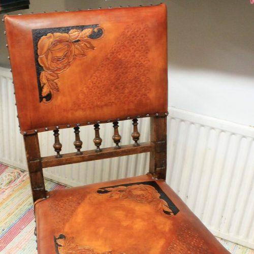 Tuolin peruskunnostus sekä verhoilu kasviparkitulla nahalla, joka on kuvioitu ja värjätty